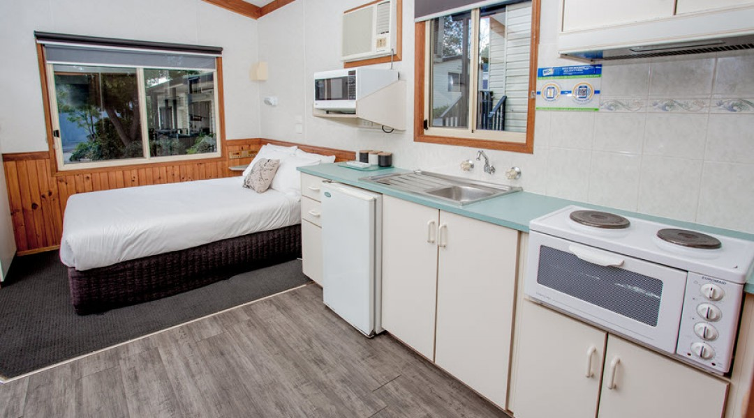 BIG4 Melbourne Accommodation One Bedroom Deluxe Cabin 5 berth 900px 02