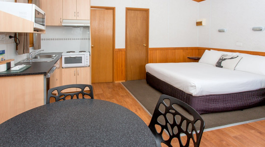 BIG4 Melbourne Accommodation One Bedroom Superior Cabin 5 berth 900px 03